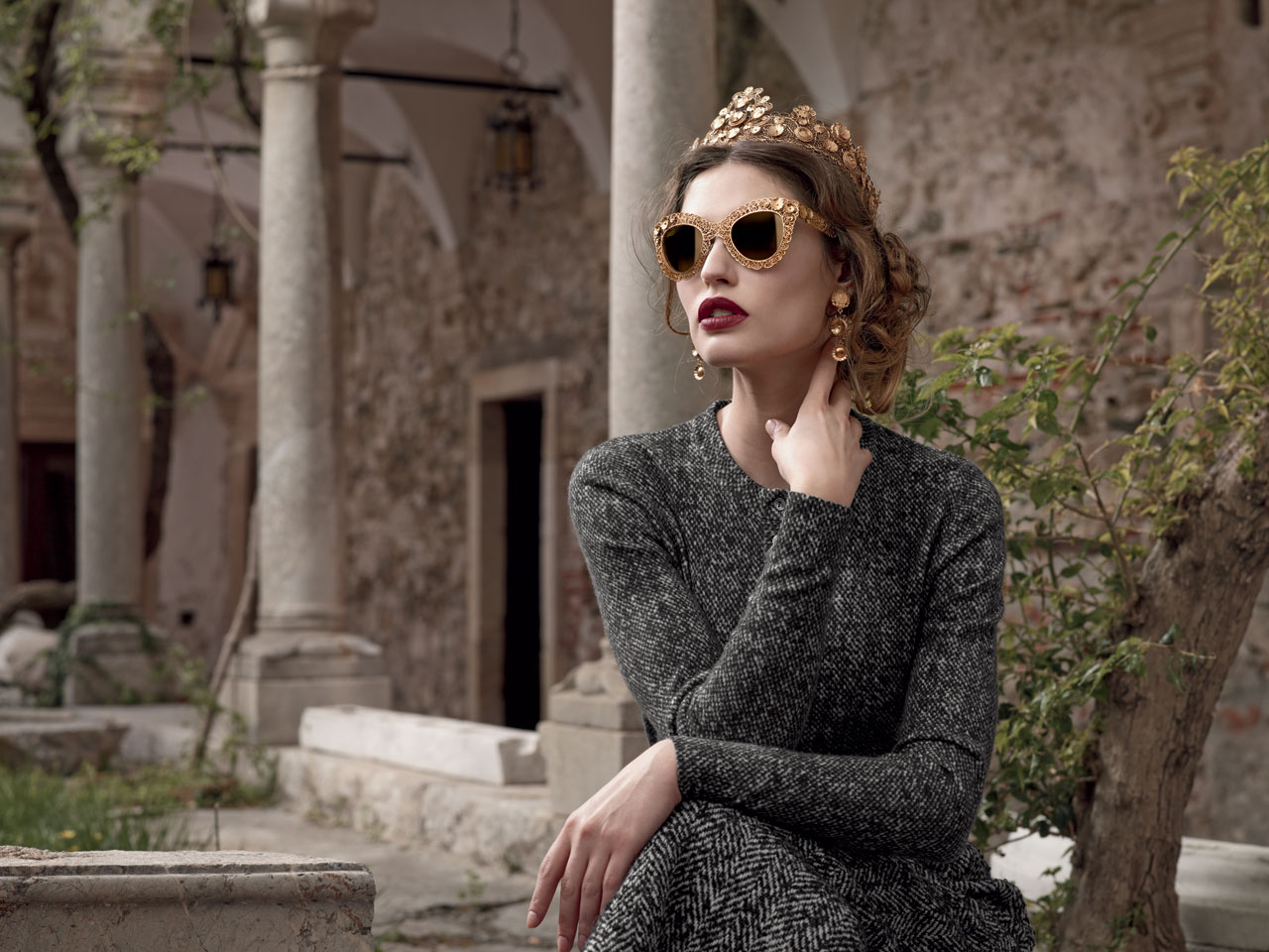 royalty-fashion_gold-frame-eyewear_gold-sunglasses_eyewear-trends-2014_dolce-gabbana-ad-sunglasses-campaign-fw-2014-women-4